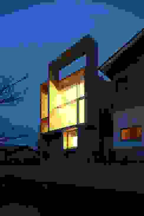西側夜景。 モダンな 家 の 白根博紀建築設計事務所 モダン