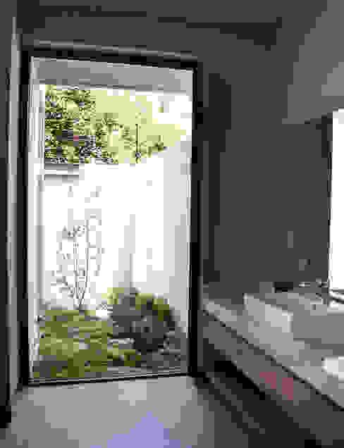 CASA UD: Baños de estilo  por citylab Laboratorio de Arquitectura, Moderno