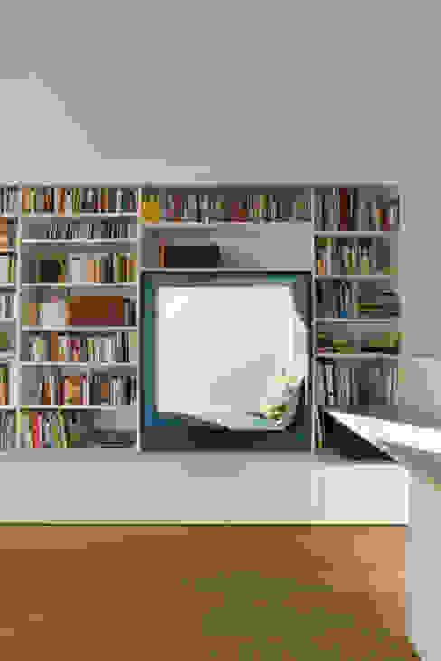Büroecke im Wohnzimmer mit Alkovenfenster: modern  von Goderbauer Architects,Modern