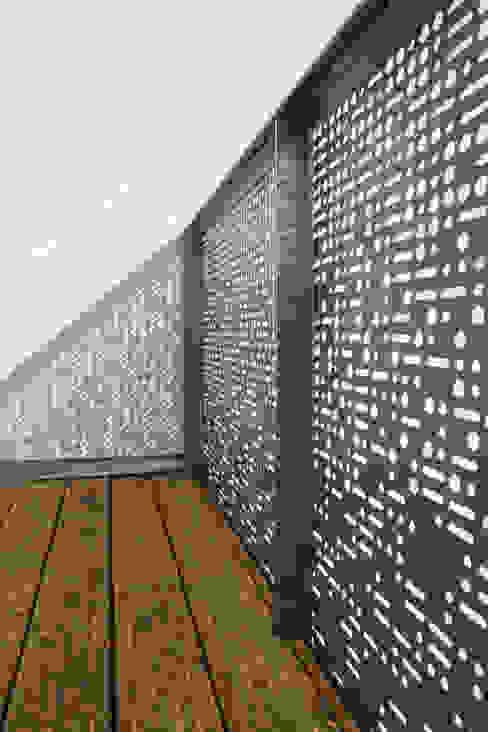 Detail des Terrassengeländers- Morsezeichen für das Wort 'ZUHAUS': modern  von Goderbauer Architects,Modern
