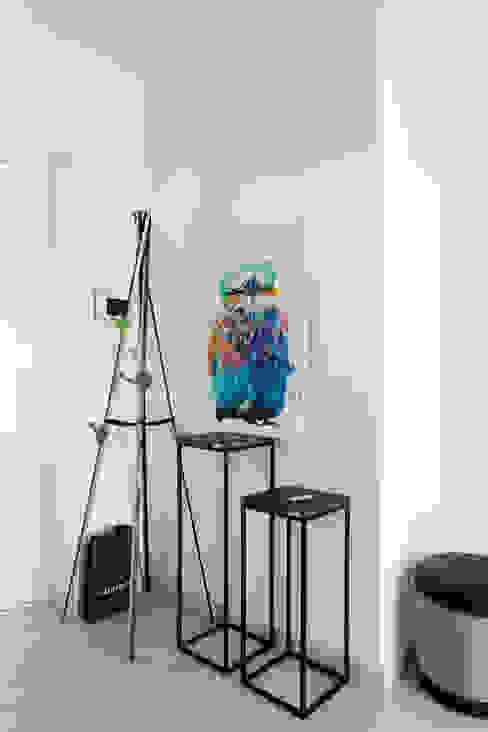 Квартира с северным акцентом Коридор, прихожая и лестница в стиле минимализм от LPetresku Минимализм