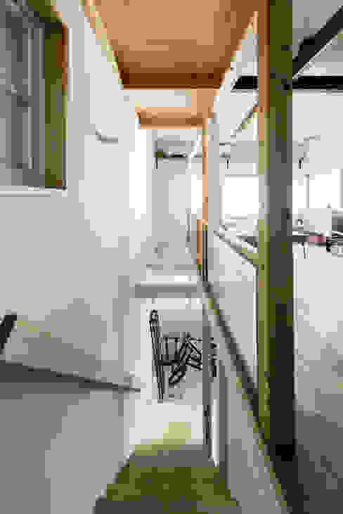 Pasillos, vestíbulos y escaleras eclécticos de coil松村一輝建設計事務所 Ecléctico