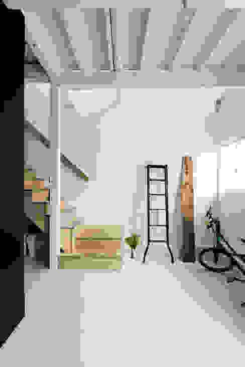色々な作業スペースを兼ねた土間 オリジナルデザインの 多目的室 の coil松村一輝建設計事務所 オリジナル