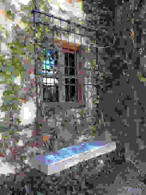 Banca de granito antiguo y reja recuperada por anticuable. Balcones y terrazas rurales de Anticuable.com Rural