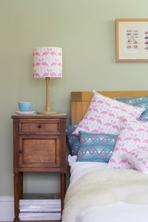 Flamingo Flourish lampshade and cushions homify 寝室アクセサリー&デコレーション