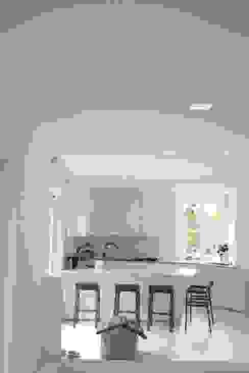 cucina total white Cucina minimalista di Serenella Pari design Minimalista