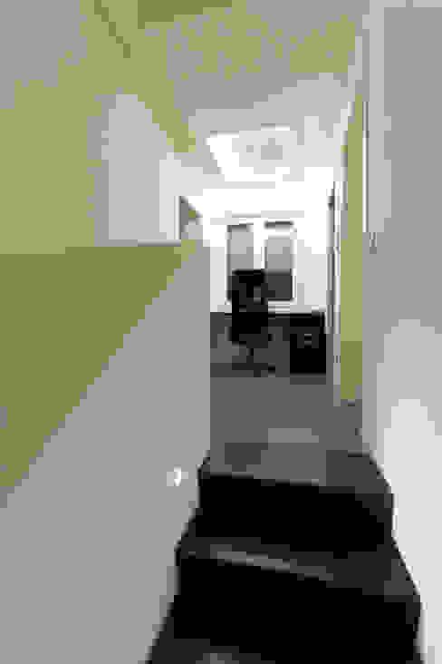 private house 13003 Ingresso, Corridoio & Scale in stile moderno di piccola bottega di architettura Moderno