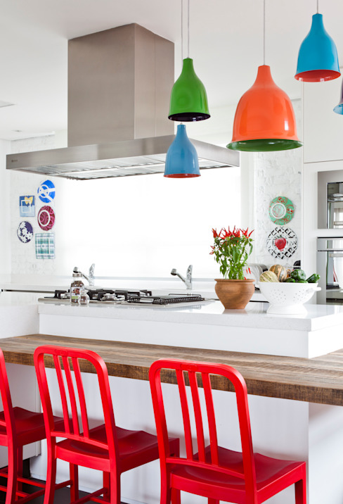 Столовая комната в стиле модерн от Flávia Gerab Модерн