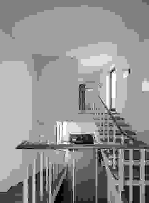 Minimalistyczny korytarz, przedpokój i schody od homify Minimalistyczny