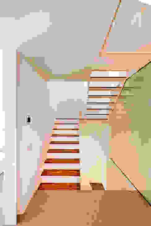 Casa GSX Pasillos, vestíbulos y escaleras de estilo moderno de Estudi Agustí Costa Moderno
