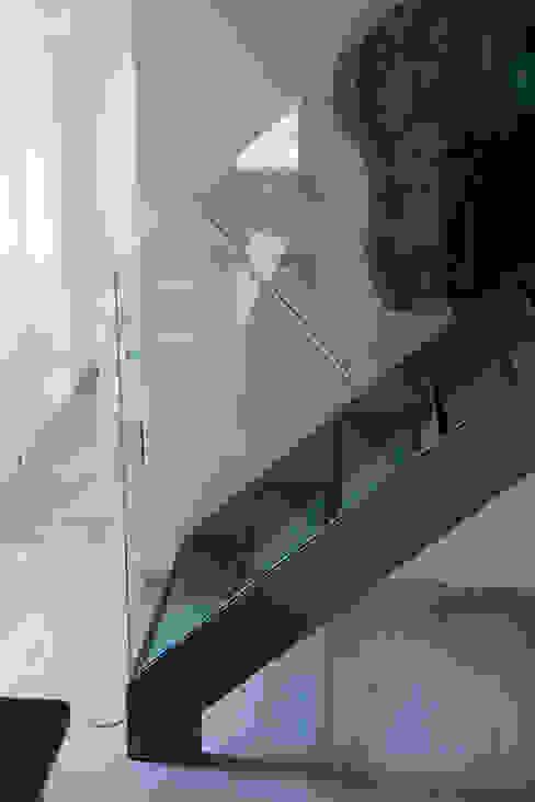 Dettaglio scala in acciaio e cristallo Ingresso, Corridoio & Scale in stile moderno di Massimo Neri architetto Moderno