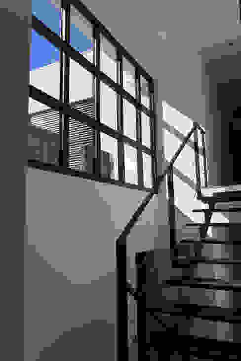 VILLA EMERAUDE Couloir, entrée, escaliers minimalistes par emmanuel bobo architecte dplg Minimaliste