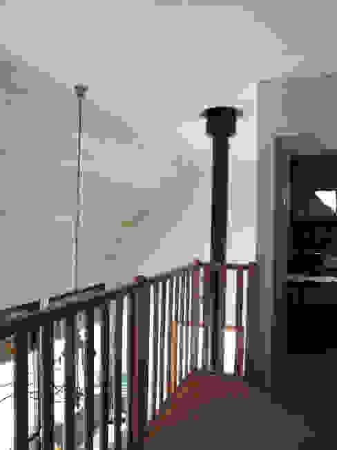 Mezzanine Couloir, entrée, escaliers ruraux par Atelier S Rural