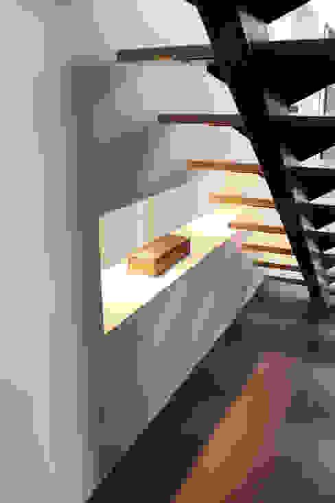 Moderner Flur, Diele & Treppenhaus von Atelier d'architecture Pilon & Georges Modern