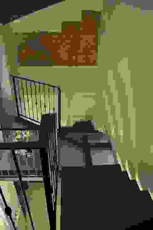 Progetto collegamento verticale in acciaio, legno e vetro strutturale. Ingresso, Corridoio & Scale in stile minimalista di LORENZO RUBINETTI DESIGN Minimalista