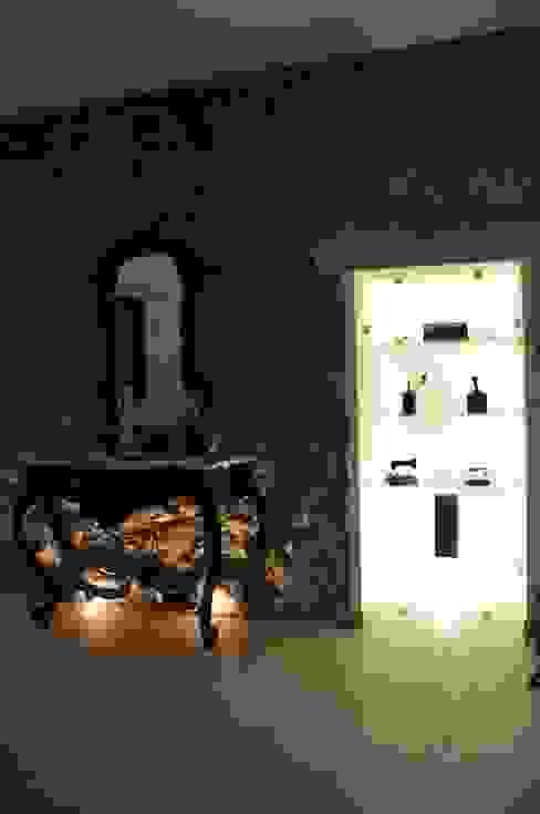 Recupero parete in pietra con nicchia in vetro. Soggiorno moderno di LORENZO RUBINETTI DESIGN Moderno