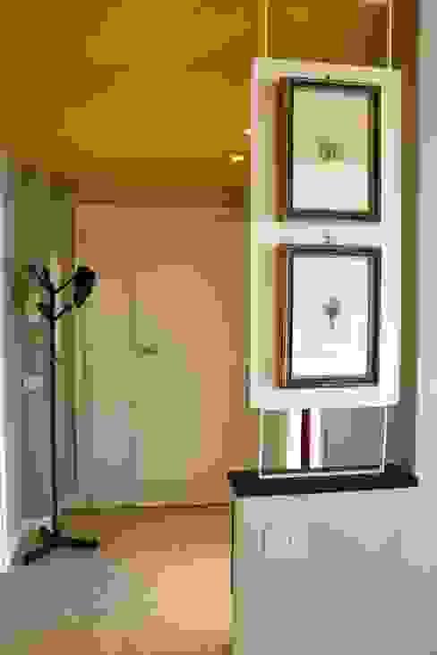 Restyling ingresso Ingresso, Corridoio & Scale in stile moderno di Restyling Mobili di Raddi Federica Moderno