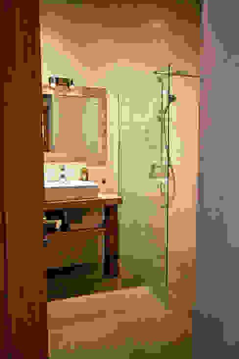 Chalet Les Chantéls: sdb 4 Salle de bain rurale par shep&kyles design Rural