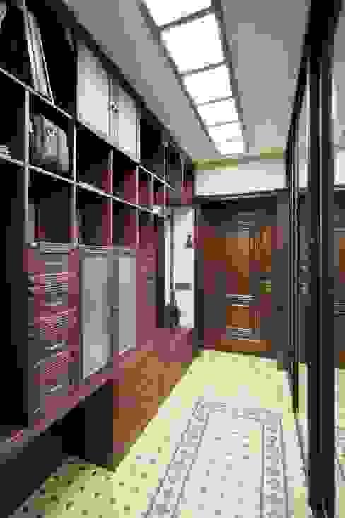 Квартира в Первоуральске Коридор, прихожая и лестница в колониальном стиле от Галина Глебова Колониальный