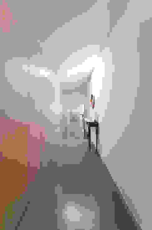 ingresso Pareti & Pavimenti in stile minimalista di studio wok Minimalista