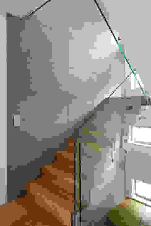 Schody z betonowa ścianą: styl , w kategorii Korytarz, przedpokój zaprojektowany przez living box,Minimalistyczny