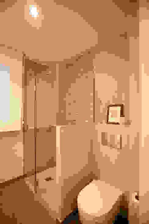 Banheiros modernos por hormak Moderno
