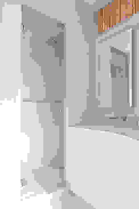 Flat N°4. A small ap Kamar Mandi Minimalis Oleh Julien Joly Architecture Minimalis
