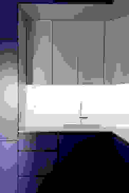 Flat N°4. A small ap Dapur Minimalis Oleh Julien Joly Architecture Minimalis
