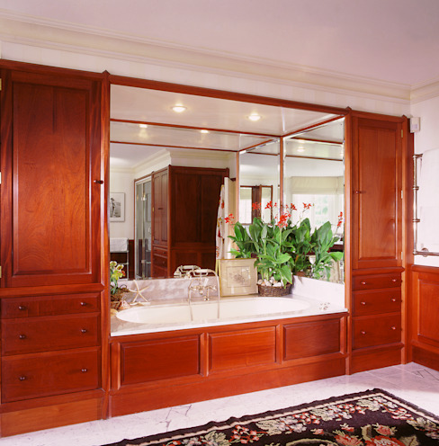 Chelsea Mahogany Bathroom designed and made by Tim Wood من Tim Wood Limited كلاسيكي