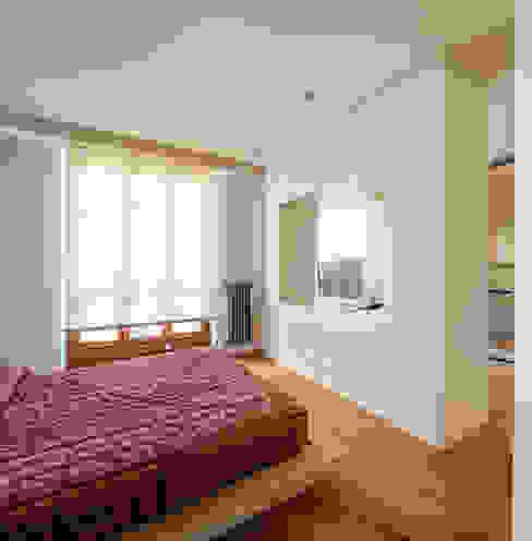 Abbandonare l'impronta tradizionale senza rinunciare ad un ambiente caldo e confortevole Camera da letto minimalista di AMlab Minimalista