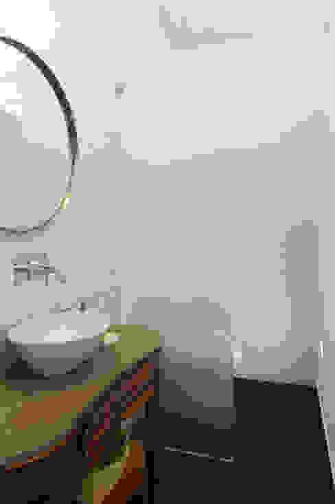 Phòng tắm phong cách hiện đại bởi Tiago Patricio Rodrigues, Arquitectura e Interiores Hiện đại