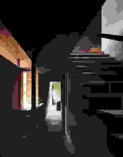 玄関: 合同会社永田大建築設計事務所が手掛けた現代のです。,モダン 木 木目調