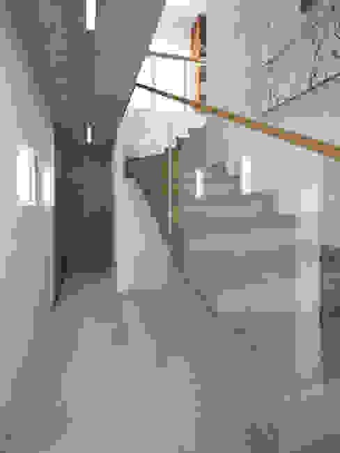 Dębowe schody dywanowe: styl , w kategorii Korytarz, przedpokój zaprojektowany przez KRY_,Minimalistyczny