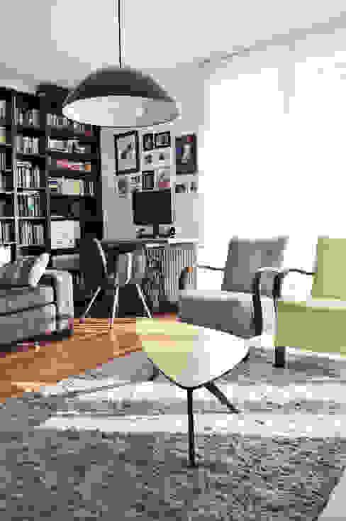 Widok na biurko na nogach od maszymy Singer Eklektyczny salon od Denika Eklektyczny