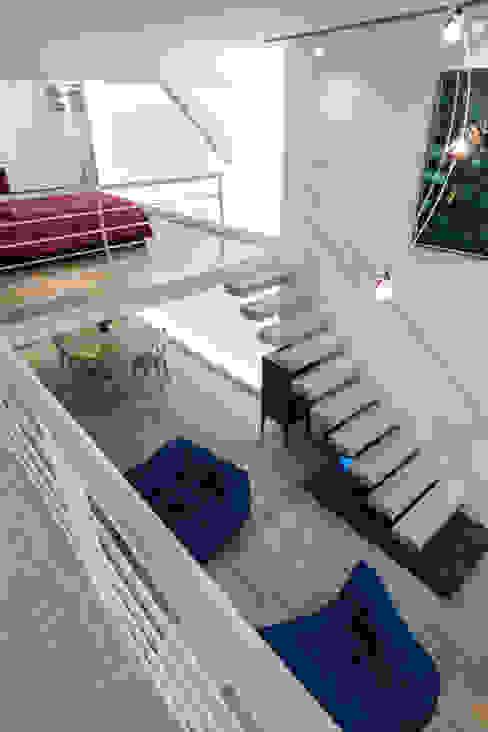Escalier suspendu Couloir, entrée, escaliers minimalistes par Fables de murs Minimaliste