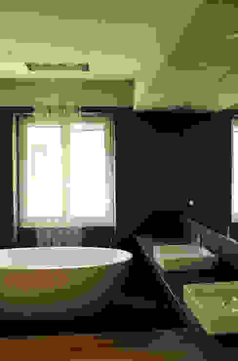 Baños de estilo moderno de km 429 architettura Moderno