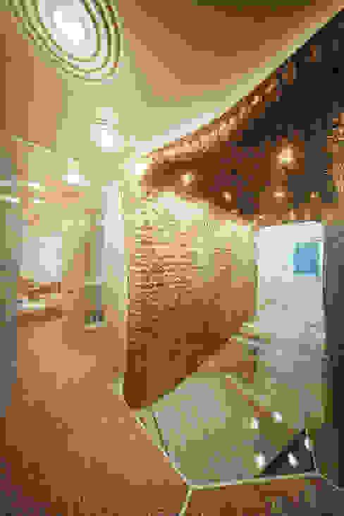 Футуристическая квартира в Москве Коридор, прихожая и лестница в модерн стиле от Cтудия дизайна Станислава Орехова Модерн
