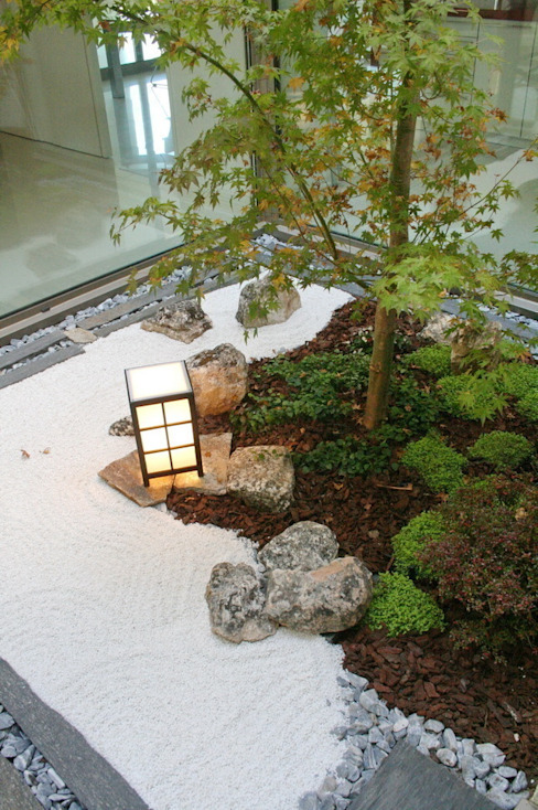 Jardines en la fachada de estilo  por Jardines Japoneses -- Estudio de Paisajismo