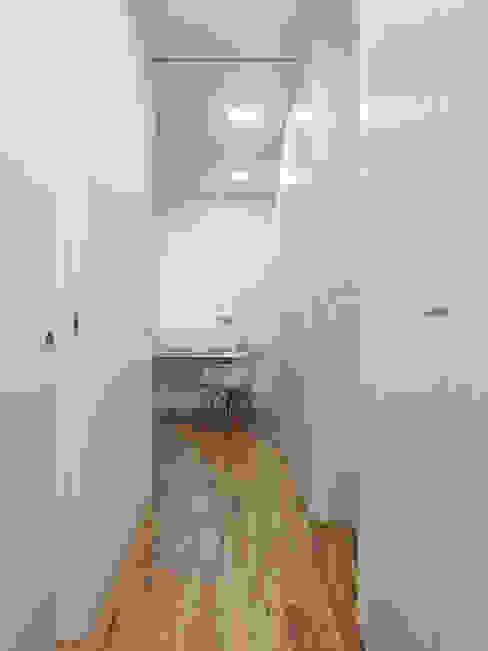 Pasillos, vestíbulos y escaleras modernos de Castroferro Arquitectos Moderno