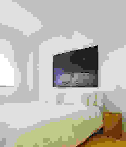Modern style bedroom by Castroferro Arquitectos Modern