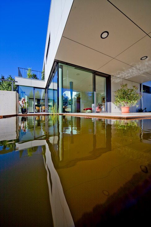 Terrasse, Detail Wasserlauf mit Wasserbecken Moderner Balkon, Veranda & Terrasse von Knychalla + Team, Architekten, Stadtplaner GmbH Modern