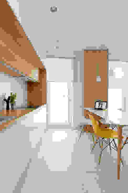Mieszkanie MiM Minimalistyczna kuchnia od 081 architekci Minimalistyczny