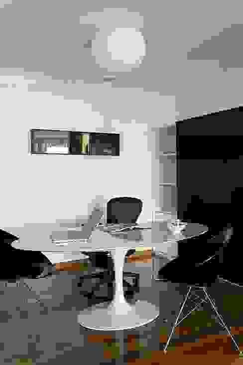 Oficinas y bibliotecas de estilo moderno de STUDIO CAMILA VALENTINI Moderno