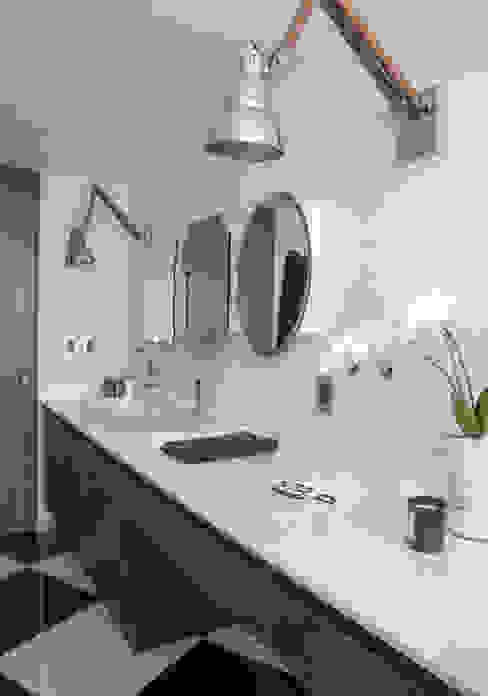 Baños de estilo  por kababie arquitectos,