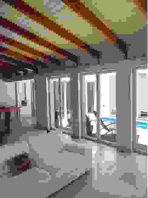 Living sul patio interno Soggiorno in stile mediterraneo di homify Mediterraneo