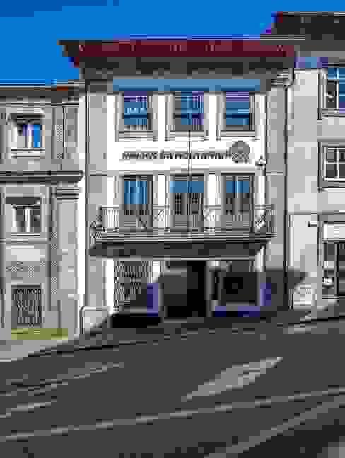 Reabilitação de Edifício Sede Social dos Amigos da Montanha Casas rústicas por Risco Singular - Arquitectura Lda Rústico