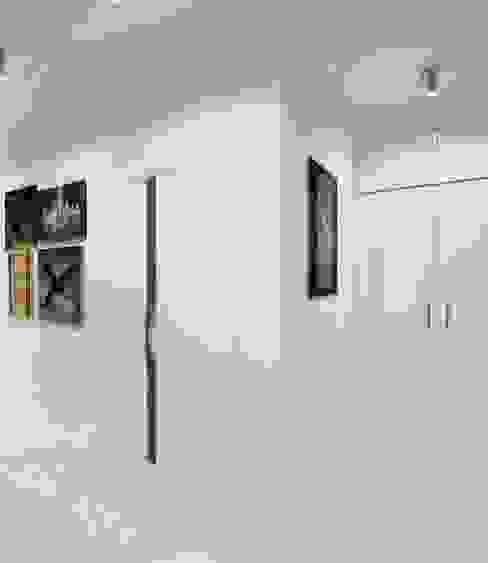Квартира холостяка Коридор, прихожая и лестница в стиле минимализм от Настасья Евглевская Минимализм