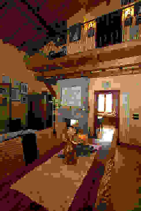 Casale Rustico Interior Design Stefano Bergami Soggiorno in stile rustico