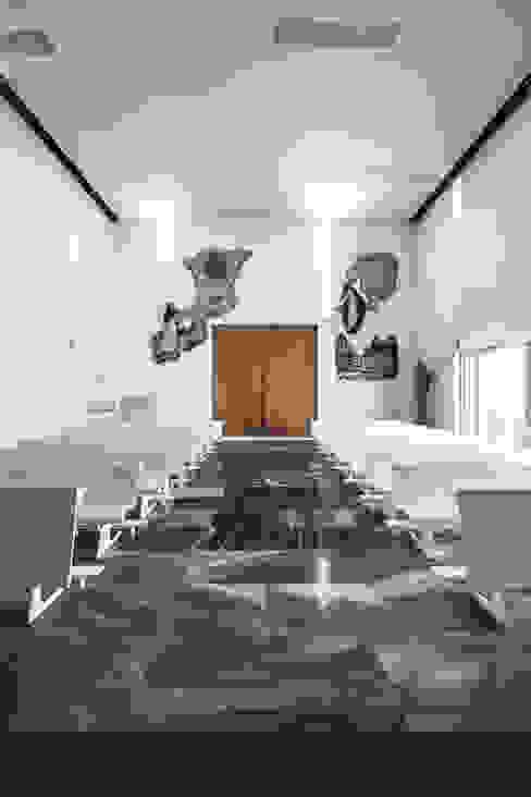 Interior de la iglesia Salas de estilo moderno de Hernández Arquitectos Moderno