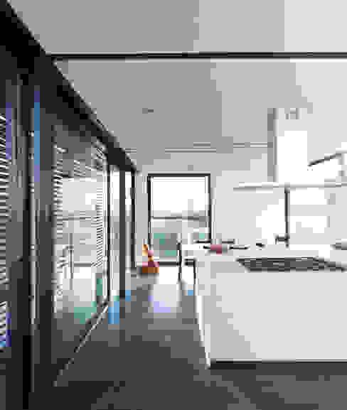 The white kitchen di SARA DALLA SERRA ARCHITETTO Moderno